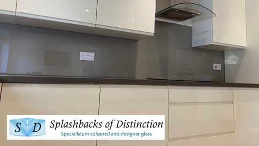 Kitchen splashback in beige with heavy silver sparkle