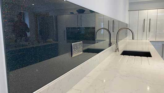 Kitchen splashback in anthracite grey with heavy rainbow sparkle